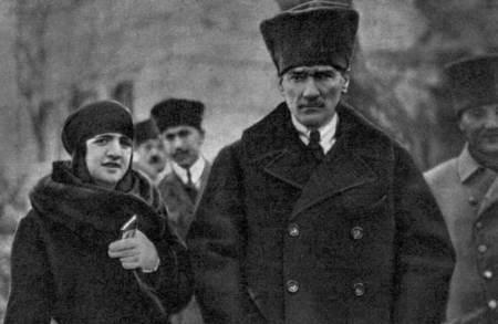 Nebile İrdelp és Atatürk - Forrás: nenedirvikipedi.com